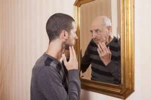 Jeune se regardant en vieux